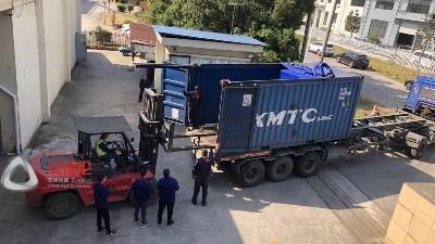 马来西亚客户订购的自动缩径机、液压机装车发货现场!